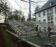 Aufbau: Montage des Wetterschutzdaches mit Aussparungen in der Konstruktion